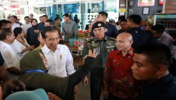 Di Sela Kunjungan, Presiden Jokowi Ladeni Masyarakat Babel Berswafoto