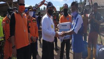 Di Sela Peninjauan Jembatan Ambruk, Gubernur Bagikan Masker kepada Masyarakat Desa Delas
