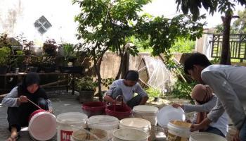 Di Tengah Pandemi Yang Belum Berlalu, Tim KKN UBB Tuatunu Indah Bagikan Tempat Cuci Tangan