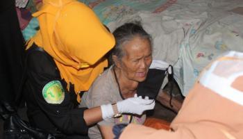 Didatangi LKS Atap Langit, Nenek 67 Tahun Ini Berurai Air Mata