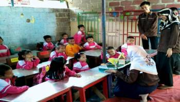 Didik Anak Bangsa HIMATA UBB Tandang ke PAUD Alfariga Desa Mangkol