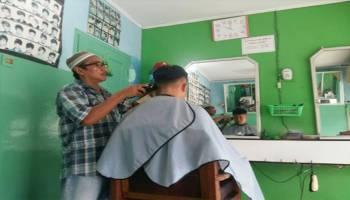 Ditanya Soal Rezeki, Tukang Pangkas Rambut Ini Bikin Kita Keki