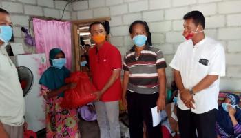 DPC PDI Perjuangan Bangka Kembali Berikan Bantuan Bahan Makanan Untuk Warga Desa Pugul