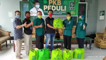 DPC PKB Bangka Bagikan Paket Sembako kepada Para Awak Media