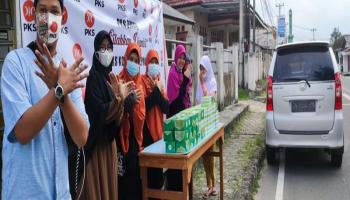DPD PKS Kota Pangkalpinang Bagi-Bagi Takjil
