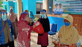 DPPPAKB Salurkan Bantuan Spesifik Perempuan Terdampak Covid-19