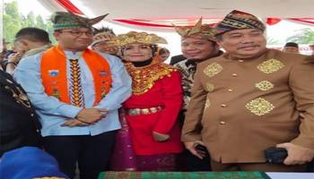 DPRD Babel Beri Setanjak Elang Bertarung kepada Gubernur Anies Baswedan