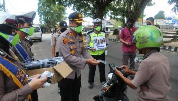 Dukung Arahan Pemerintah Pusat, Polres Bateng Gelar Operasi Keselamatan Menumbing 2020 Dengan Bagikan Masker Gratis Dan Himbauan Covid-19