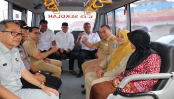 Erzaldi Serahkan Bantuan Tiga Bus Sekolah untuk Kabupaten Bangka