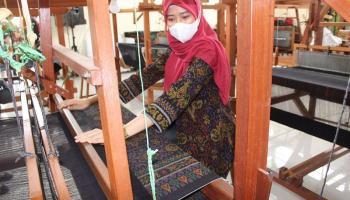 Eva Algafry Apresiasi Tenun Cual ATBM Galeri Destiani Kelurahan Dul