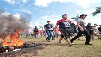 Foto : massa melakukan unjuk rasa di Halaman Kantor Gubernur Kep. Bangka Belitung