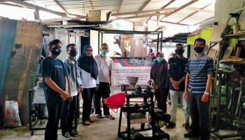 Gandeng HMM, Dosen Jurusan Teknik Mesin UBB Serahkan Mesin Penggiling Kacang kepada Masyarakat