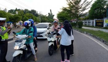 Gandeng Tim Siaga Covid 19 Bangka Tengah, KOMTI bagikan 150 Masker, Hand Sanitizer dan Vitamin di Seputaran Koba