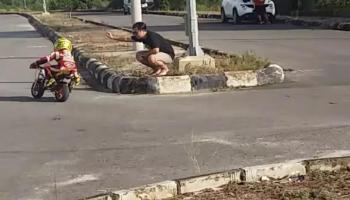 Gasspol, Bocah 8 Tahun Ini Memacu Kuda Besi Depan GOR Sahabudin, Yuk Nonton Video Ini