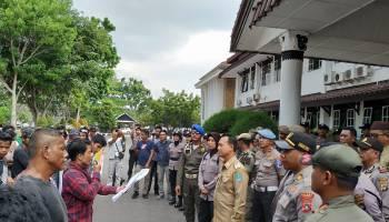 Gelar Aksi Demo di Kantor Bupati Bangka, Warga Minta Pemerintah Cabut Ijin PT. SMAL