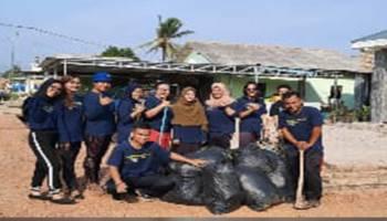 Genbi Komsat UBB Bersihkan Sampah di Selokan Jalan Desa Balunijuk, Tujuannya Ajak Warga Peduli Lingkungan