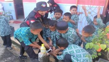 Gerakan 1001 Cuci Tangan Mahasiswa KKN UBB Disambut Antusias Siswa SD