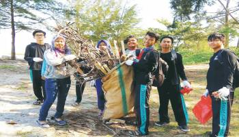 Gerakan Bersihkan Pantai dan Laut di Pantai Rebo
