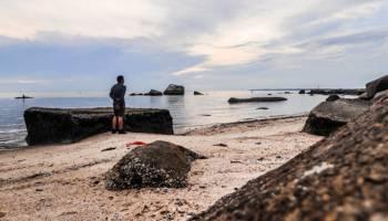 Granit Raksasa Sambut Pengunjung Pantai Kapur Toboali