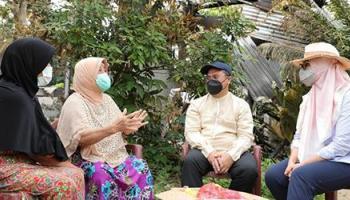 Gubernur dan Istri Ringankan Beban Ibu Guru Acit yang Rumahnya Terbakar