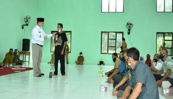 Gubernur Erzaldi Antarkan Bantuan untuk Kelompok Tani Lada Desa Paku