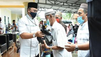 Gubernur Erzaldi Bagikan Paket Sembako kepada Masyarakat Sekitar Jalan Girimaya