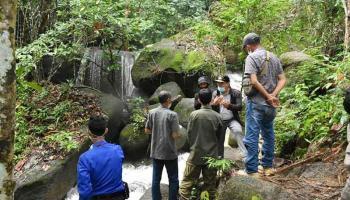 Gubernur Erzaldi Berikan Bantuan untuk Pengembangan Wisata Air Terjun C2