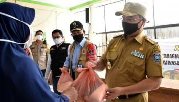Gubernur Erzaldi Berikan Sembako dan Semangat Masyarakat Desa Guntung