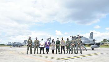 Gubernur Erzaldi Kagumi Pesawat Jet Tempur Hawk 109