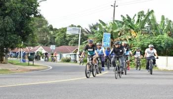 Gubernur Erzaldi Rosman Bersepeda Natak Kampung di Belitung