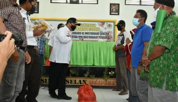 Gubernur Erzaldi Rosman Kembali Bagikan Sembako dan Berikan Edukasi Covid-19 di Sungai Selan