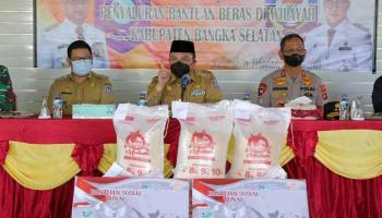 Gubernur Erzaldi Salurkan Langsung Bantuan Beras PPKM 2021 ke Warga Bangka Selatan