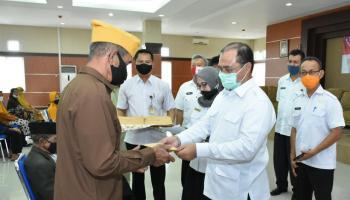 Gubernur Erzaldi Sampaikan Santunan Kepada Veteran Pejuang di Pulau Belitung