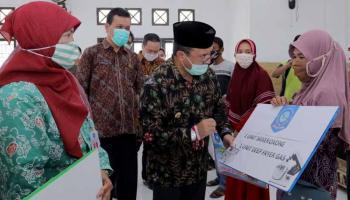 Gubernur Erzaldi Serahkan Bansos Tunai kepada 12.671 Keluarga Penerima Manfaat