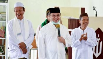 Gubernur Erzaldi Serahkan Bantuan dan Zakat untuk Masjid Annajah Sungai Selan
