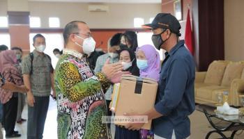 Gubernur Erzaldi Serahkan Bantuan Kepada Nelayan Belitung