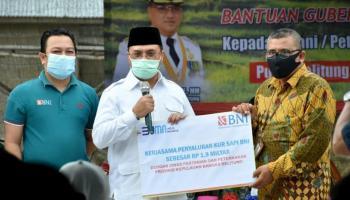 Gubernur Erzaldi Serahkan Bantuan kepada Petani dan Peternak di Dusun Rejosari