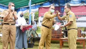 Gubernur Erzaldi Serahkan Bantuan Mobil Praktik kepada SMK Negeri 1 Simpangkatis