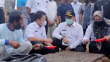 Gubernur Erzaldi Serahkan Bantuan Pada Petani Hortikultura Cambai