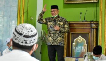 Gubernur Erzaldi Serahkan Bantuan Pembangunan TPA Al-Mujahiddin