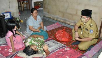 Gubernur Erzaldi Serahkan Bantuan Sosial Pada Lansia di Air Mesu Timur