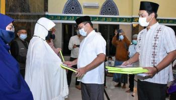 Gubernur Erzaldi Serahkan Bantuan untuk Fakir Miskin dan Masjid Al-Mukarromah