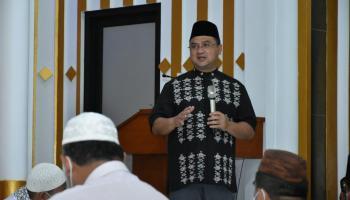 Gubernur Erzaldi Serahkan Rp 500 Juta, Bantuan Pembangunan Masjid Al-Ikhlas Muntok