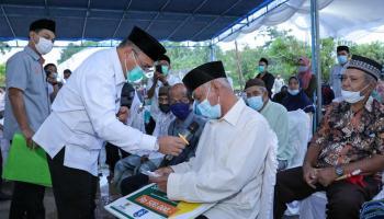 Gubernur Erzaldi Serahkan Santunan Zakat kepada Warga Desa Batu Tunu