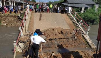 Gubernur Erzaldi Tinjau Kondisi Jembatan Ambruk