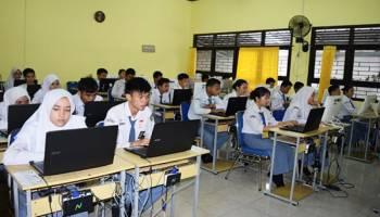 Gubernur Pantau UNBK Pelajar SMK, Doakan Siswa Lancar Hadapi Ujian Nasional