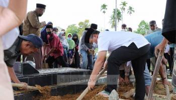 Gubernur Salatkan dan Hantarkan Jenazah Sang Ulama Babel ke Pemakaman