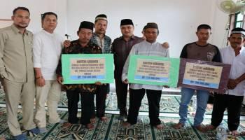 Gubernur Serahkan Bantuan Hibah ke Tiga Masjid di Desa Rias