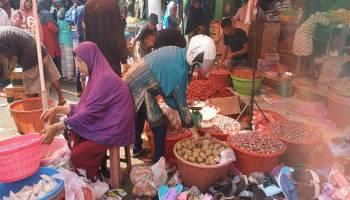 H-1 Idul Adha, Pasar Hingga Toko Kue di Pangkal Pinang Diserbu Masyarakat