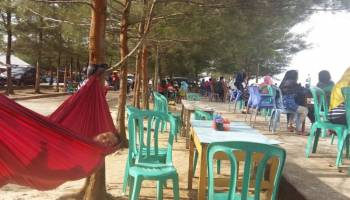 Hari Pertama Tahun 2019 Ribuan Warga Tumpah di Pantai Pasir Padi, Ada Kritikan Untuk Pedagang
